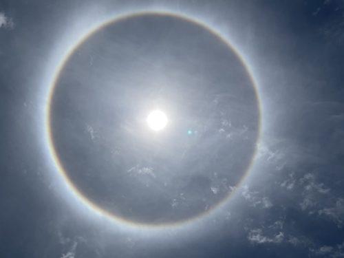 ふと太陽を見上げると、、、なんだこれは!