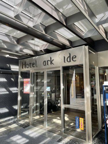 【修理工事】ホテル正面自動ドアの意匠文字の修理について
